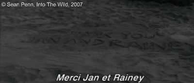 Photogramme 30  :  Into The Wild  Plan 490. Le lendemain matin, Jan est surprise et triste de remarquer l'absence de Christopher, seul témoignage de son passage, une inscription sur le sable : « THANK YOU JAN AND RAINEY. »