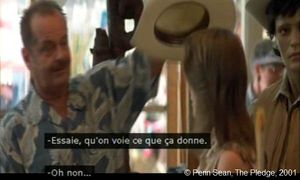 The Pledge  de Sean Penn.  Photogramme - 42.  1h 29' 04''.  Jerry veut offrir un chapeau blanc à Lori.