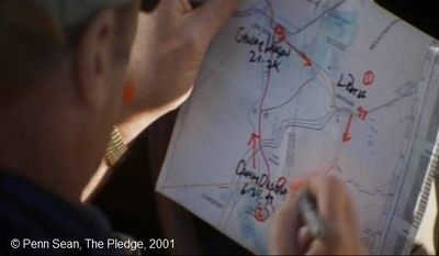 The Pledge  de Sean Penn.  Photogramme - 26.  0h 55' 35''.  Jerry analyse le plan géographique qui concerne la série d'homicides.